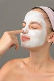 Подростковая маска ухода за лицом носа касания девушки красоты Стоковые Фото
