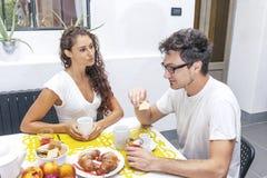 Подростковая пара имеет завтрак дома Стоковая Фотография