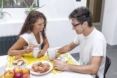 Подростковая пара имеет завтрак дома Стоковые Фотографии RF