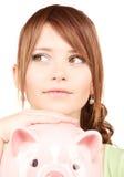 подростковое девушки банка симпатичное piggy Стоковые Фотографии RF