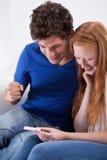 подростковое пар счастливое Стоковые Изображения