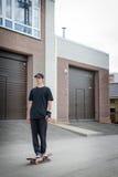 Подростковое положение скейтбордиста Стоковая Фотография RF