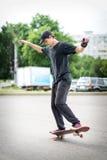 Подростковое положение скейтбордиста Стоковое Изображение RF