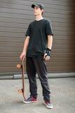 Подростковое положение скейтбордиста Стоковые Фотографии RF