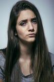 Подростковое depressioned проблемой с messed волосами и унылой стороной, концом девушки реального junky плохим смотря вверх Стоковые Изображения