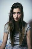 Подростковое depressioned проблемой с messed волосами и унылой стороной, концом девушки реального junky плохим смотря вверх Стоковая Фотография RF