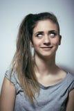Подростковое depressioned проблемой с messed волосами и унылой стороной, концом девушки реального junky плохим смотря вверх Стоковые Фото