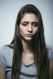 Подростковое depressioned проблемой с messed волосами и унылой стороной, концом девушки реального junky плохим смотря вверх Стоковые Фотографии RF