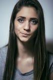 Подростковое depressioned проблемой с messed волосами и унылой стороной, концом девушки реального junky плохим смотря вверх Стоковое фото RF