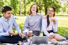 Подростковые дети наслаждаясь пикником стоковое фото