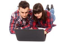 Подростковые пары изучая совместно Стоковая Фотография