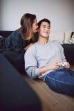 Подростковые пары наслаждаясь свободным временем дома стоковое фото rf