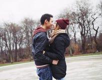Подростковые пары около для того чтобы иметь запальчиво поцелуй стоковое фото rf