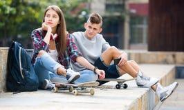 Подростковые друзья делая вещи вверх после ссоры Стоковая Фотография RF