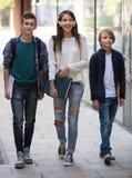 Подростковые студенты идя к коллежу Стоковые Фото