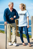 Подростковый волонтер помогая гулять старшего человека Стоковая Фотография RF