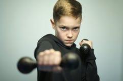 Подростковый мальчик спорта с гантелями и стильной стрижкой, съемкой студии Стоковое Изображение RF