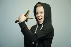 Подростковый плохой мальчик с рогаткой и стильной стрижкой, съемкой студии Стоковая Фотография