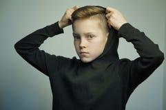Подростковый плохой мальчик с рогаткой и стильной стрижкой, съемкой студии Стоковое Изображение
