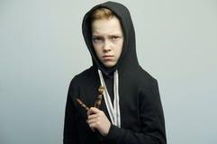 Подростковый плохой мальчик с рогаткой и стильной стрижкой, съемкой студии Стоковые Фото