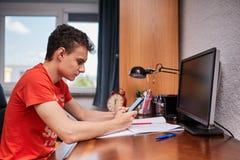 Подростковый студент делая домашнюю работу Стоковое Изображение RF