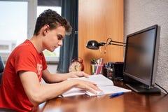 Подростковый студент делая домашнюю работу Стоковые Изображения RF