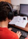 Подростковый студент делая домашнюю работу Стоковые Фотографии RF