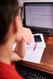 Подростковый студент делая домашнюю работу Стоковая Фотография RF