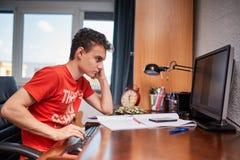 Подростковый студент делая домашнюю работу Стоковое фото RF