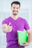 Подростковый студент показывая большой палец руки вверх стоковые фотографии rf