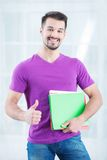 Подростковый студент с папками и большим пальцем руки вверх Стоковые Изображения RF