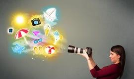 Подростковый фотограф делая фото праздника покрасил значки Стоковая Фотография