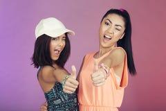 2 подростковых друз в студии Стоковая Фотография