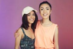 2 подростковых друз в студии Стоковые Фото