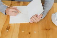 подросток азиатской девушки женский изучая на школе Студент писать n Стоковая Фотография