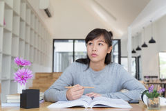 подросток азиатской девушки женский изучая на школе Студент читая b Стоковые Фотографии RF