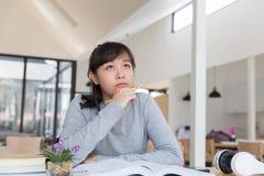 подросток азиатской девушки женский изучая на школе Студент читая b Стоковое Изображение RF