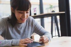 подросток азиатской девушки женский изучая на школе Студент читая s Стоковая Фотография