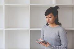 подросток азиатской девушки женский изучая на школе Студент читая s Стоковое Фото