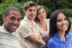 Подросток вися вне совместно Стоковое Фото