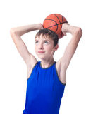 Подросток в голубой футболке с оранжевым шариком для баскетбола ov стоковые изображения rf
