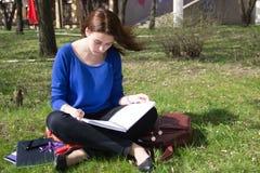 Подросток девушки делая домашнюю работу outdoors Стоковое Изображение RF