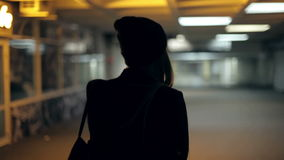 Подросток девушки идет на ночу в подземном переходе