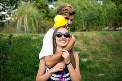 Подросток девушки и мальчика на партии в природе Стоковое Изображение
