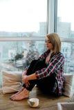 Подросток девушки сидя с книгой на балконе Стоковая Фотография RF