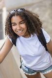 Подросток девушки смешанной гонки Афро-американский с рюкзаком стоковая фотография rf