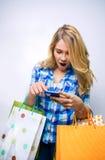 Подросток девушки смотря smartphone и держать Стоковые Фотографии RF