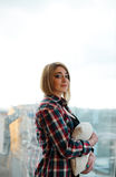 Подросток девушки стоя на балконе с подушкой Стоковая Фотография