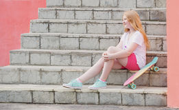 Подросток девушки с скейтбордом Стоковое фото RF