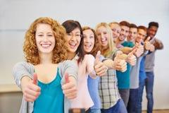 Подросток держа большие пальцы руки вверх для Стоковое Фото